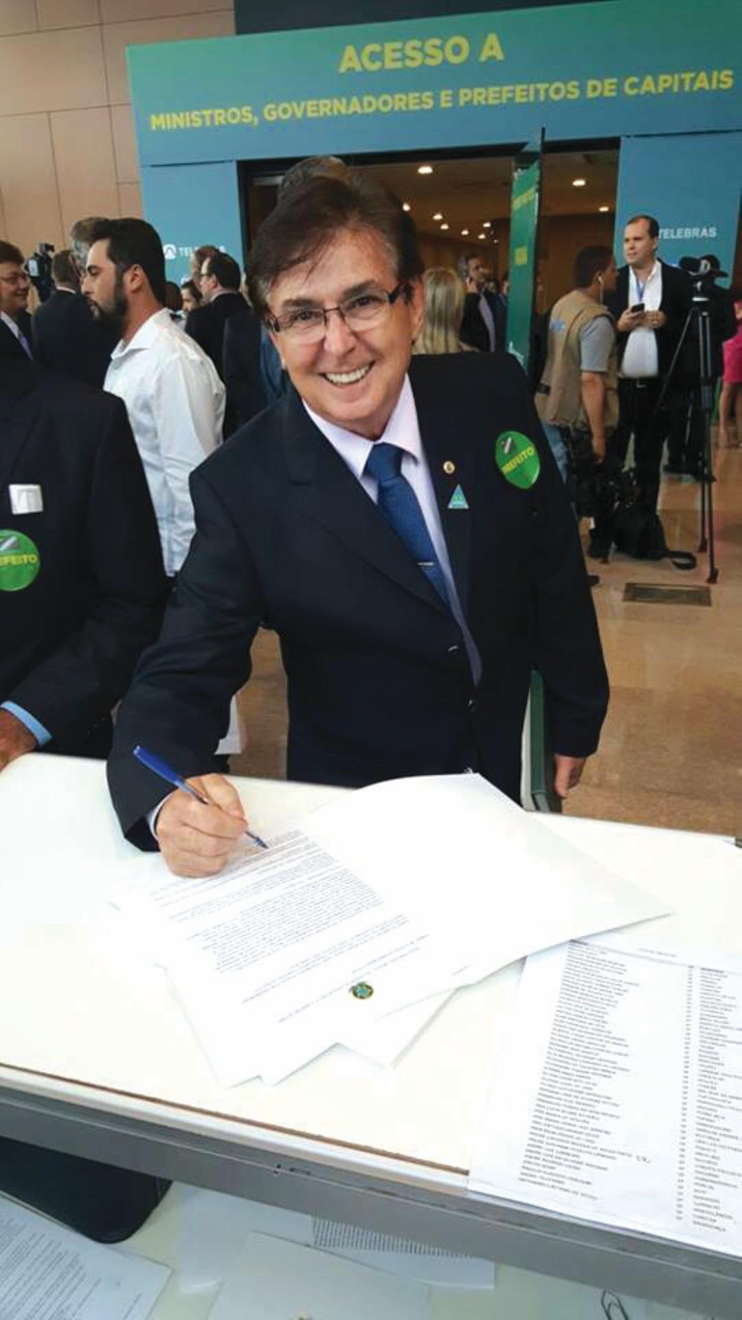 c40f6d7103 SOBE – O prefeito Vanderlei foi até Brasília garantir Internet para Todos  na Cidade. Realmente é um benefício que agrada a todos.