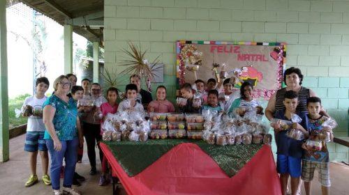 Prefeitura entrega kits com chocotones e cestas de frutas aos alunos das escolas e creches municipais