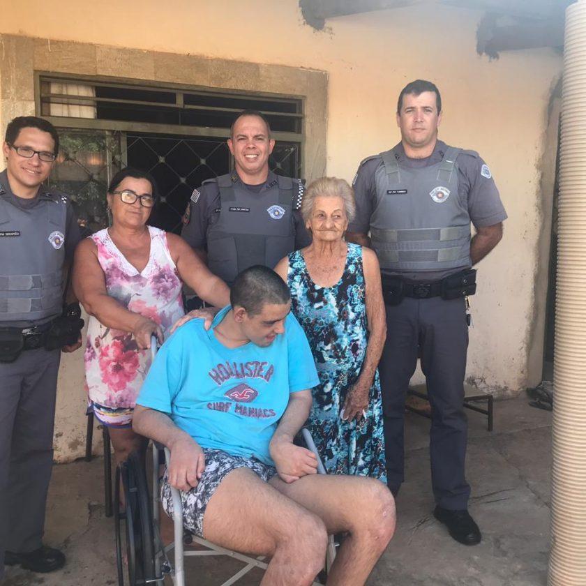PM entrega 11ª cadeira de rodas a deficiente em Taquaritinga