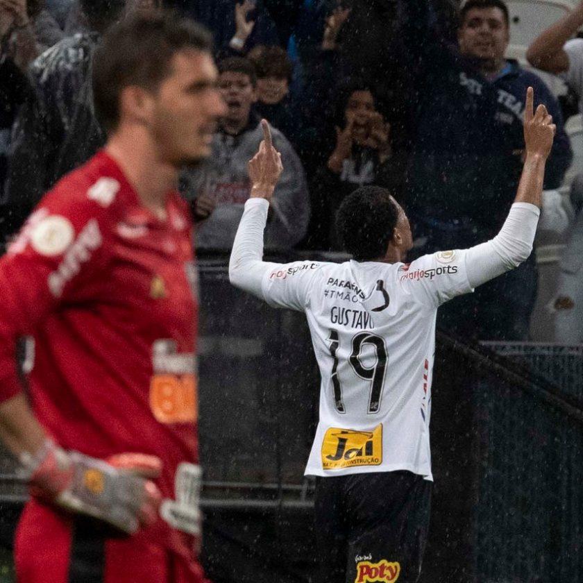 Na raça e com gol no fim, Timão bate Atlético-MG na Arena Corinthians