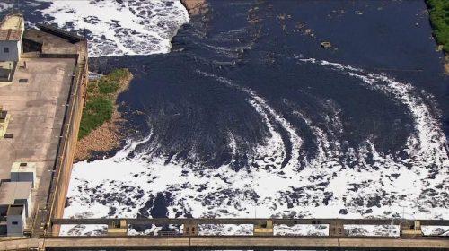 Mancha de poluição avança e atinge 163 km do rio Tietê